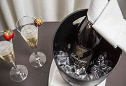 แก้วไวน์ และ การบริการ Amenity สะดวกสบาย